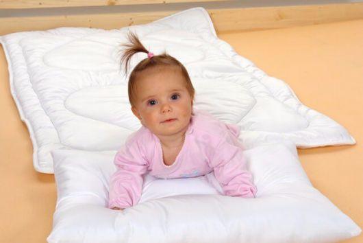 Přikrývka a polštářek do dětské postýlky bílá